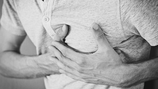 Der leichtes brust in stechen rechten Schmerzen unter