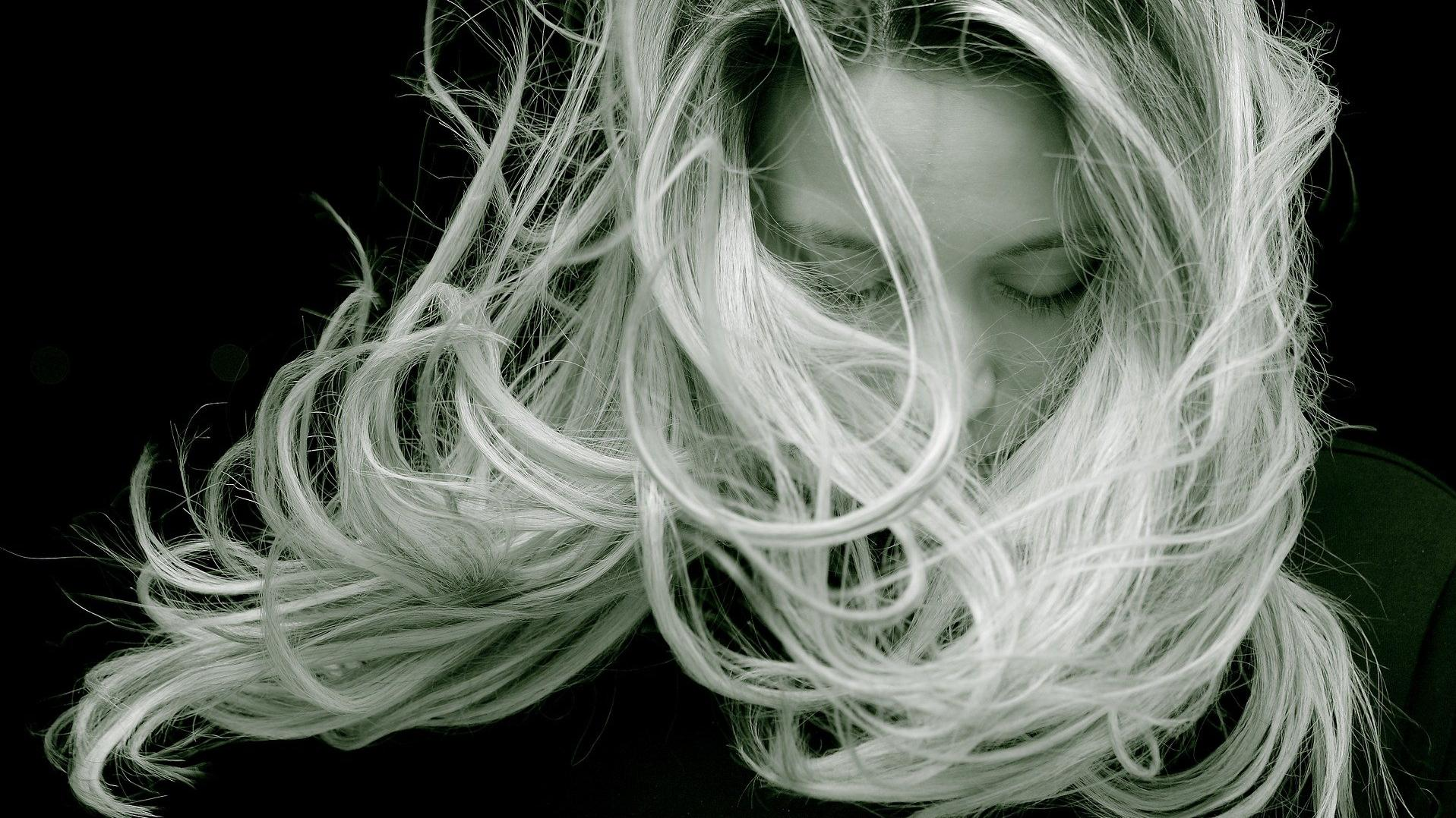 Haar blondieren schwarzes Gefärbte haare